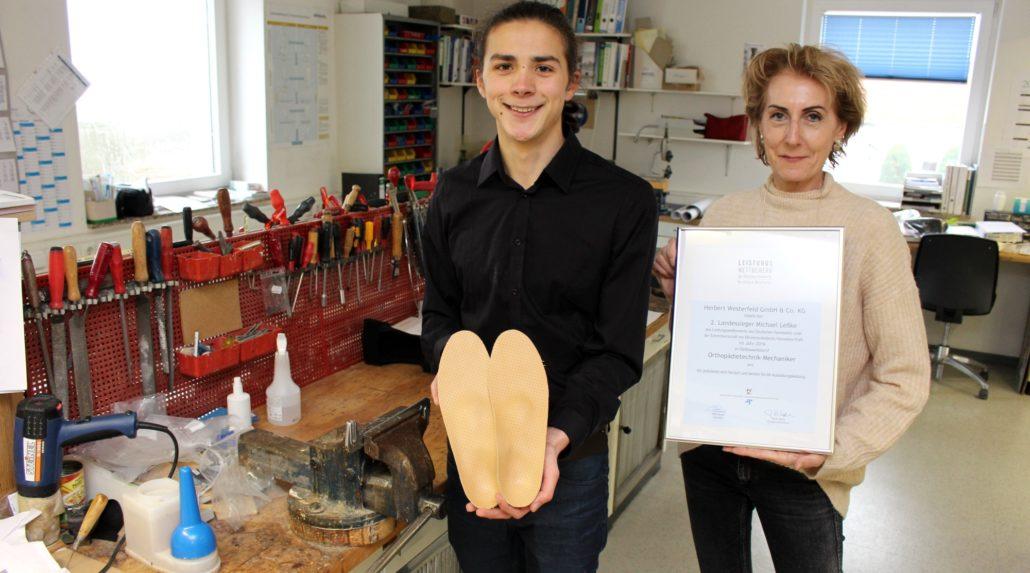 Ausbildung mit Auszeichnung: Michael Leßke zusammen mit der Inhaberin des Sanitätshauses Beate Westerfeld-Pott.